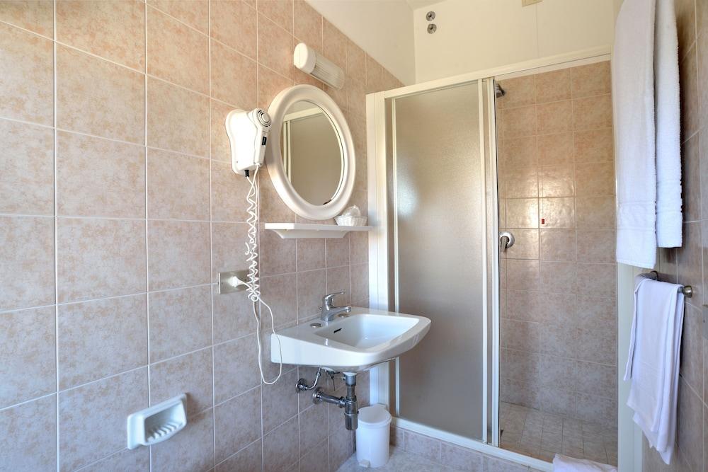 호텔 리스토란테 단테(Hotel Ristorante Dante) Hotel Image 19 - Bathroom