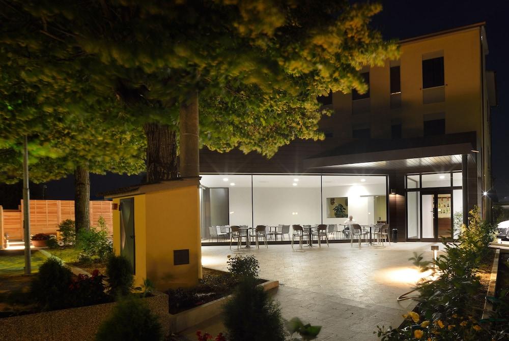 호텔 리스토란테 단테(Hotel Ristorante Dante) Hotel Image 58 - Hotel Front - Evening/Night