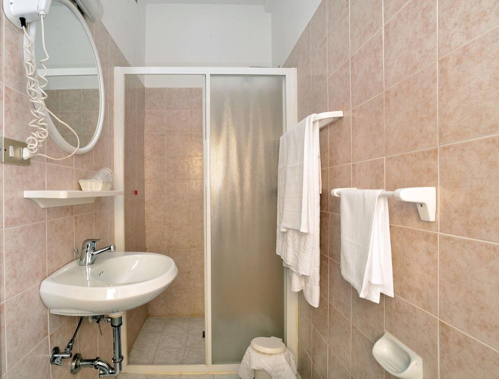 호텔 리스토란테 단테(Hotel Ristorante Dante) Hotel Image 21 - Bathroom