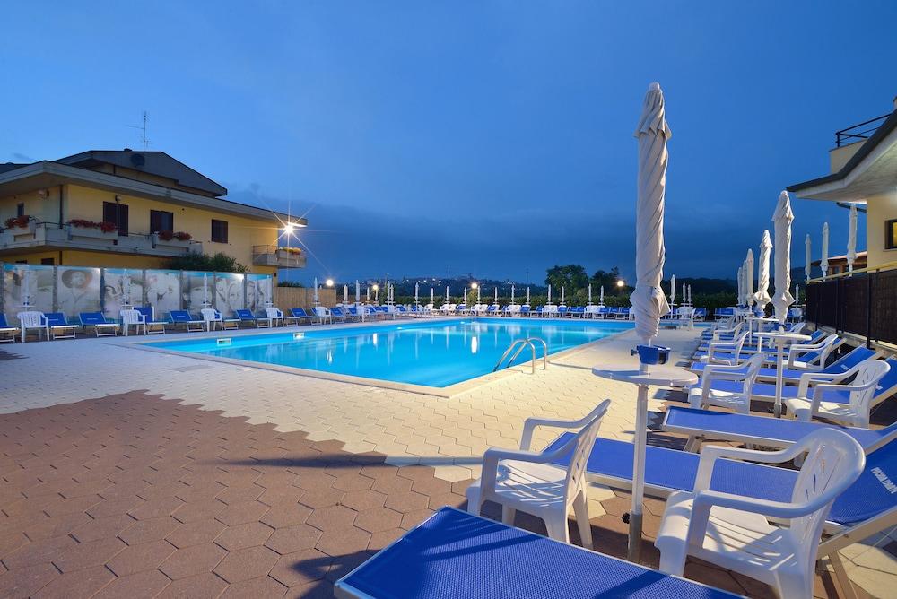 호텔 리스토란테 단테(Hotel Ristorante Dante) Hotel Image 31 - Outdoor Pool