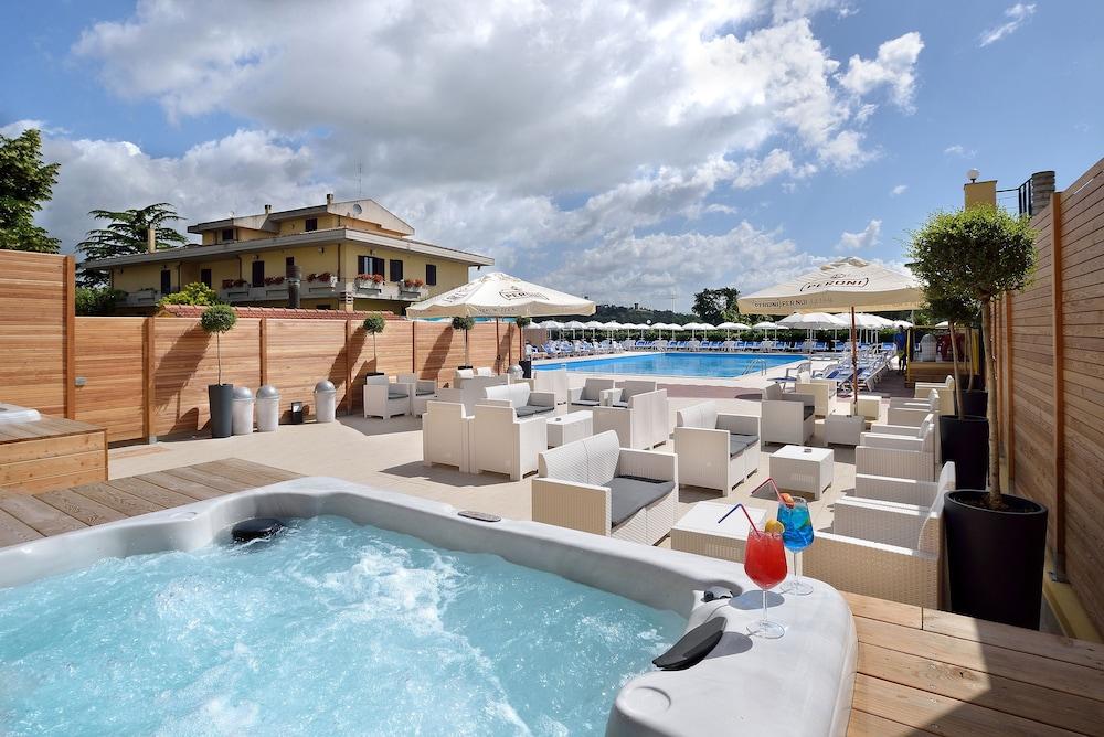 호텔 리스토란테 단테(Hotel Ristorante Dante) Hotel Image 38 - Outdoor Spa Tub