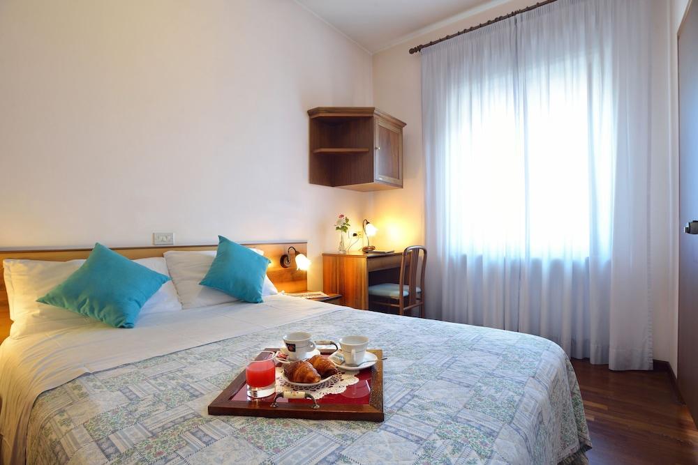 호텔 리스토란테 단테(Hotel Ristorante Dante) Hotel Image 15 - Guestroom