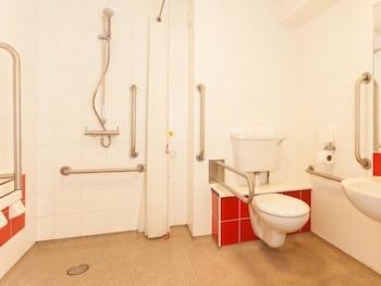 Travelodge Blackpool South Shore - Bathroom  - #0