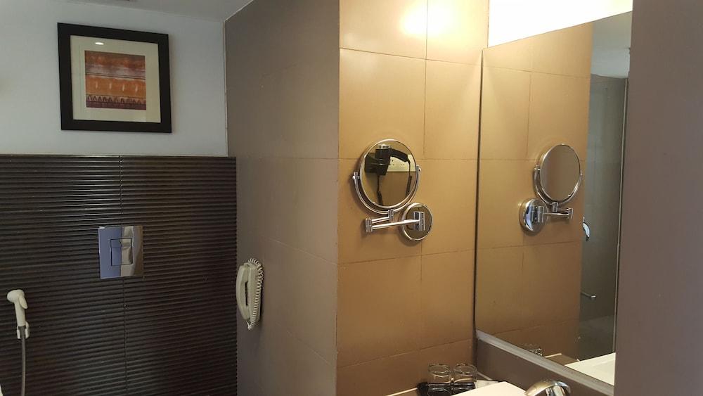 로얄 오키드 센트럴, 바도다라(Royal Orchid Central, Vadodara) Hotel Image 19 - Bathroom Sink