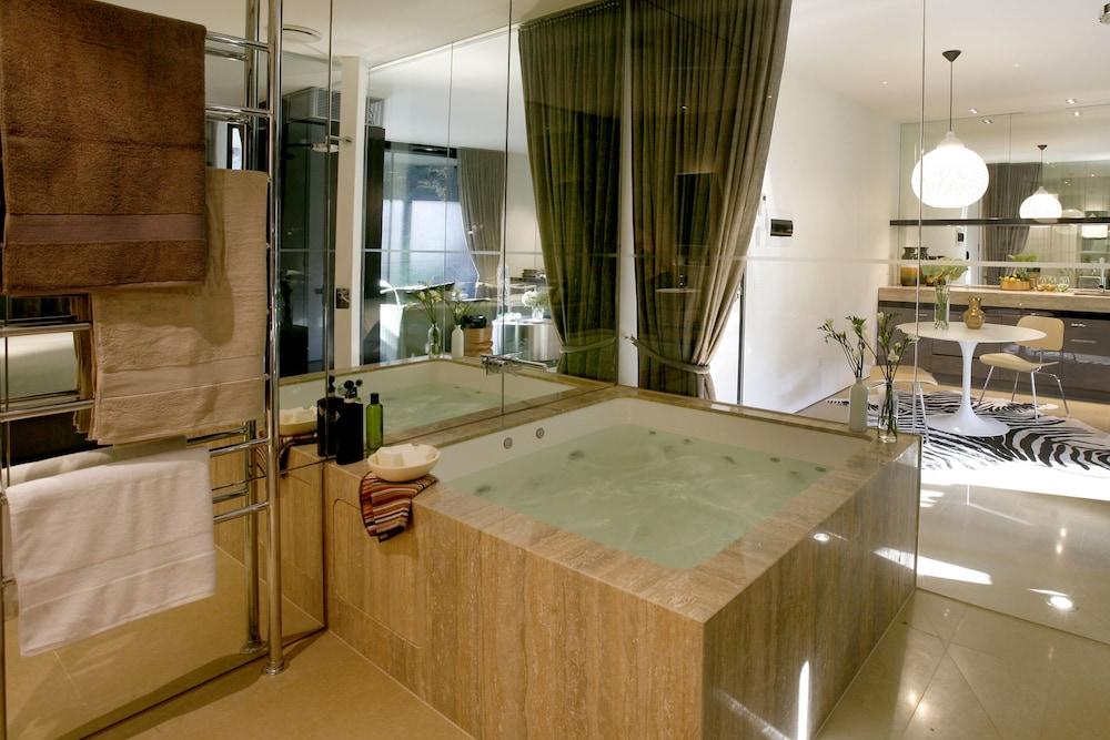 https://i.travelapi.com/hotels/5000000/4720000/4714400/4714379/417074ec_z.jpg