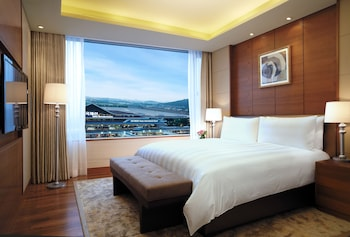 Premier Suite Double, Airport View