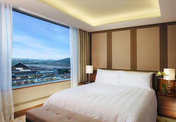 Superior Suite Double, Airport View