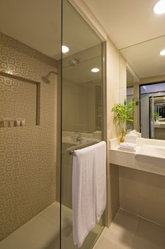 Quest Hotel Cebu Bathroom