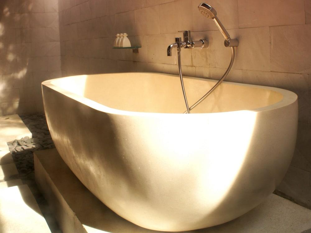 https://i.travelapi.com/hotels/5000000/4800000/4799200/4799172/e1dd400b_z.jpg