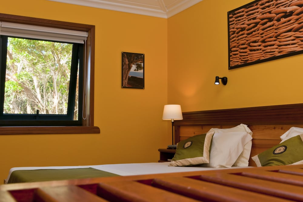 https://i.travelapi.com/hotels/5000000/4860000/4850400/4850316/ac7ed97e_z.jpg
