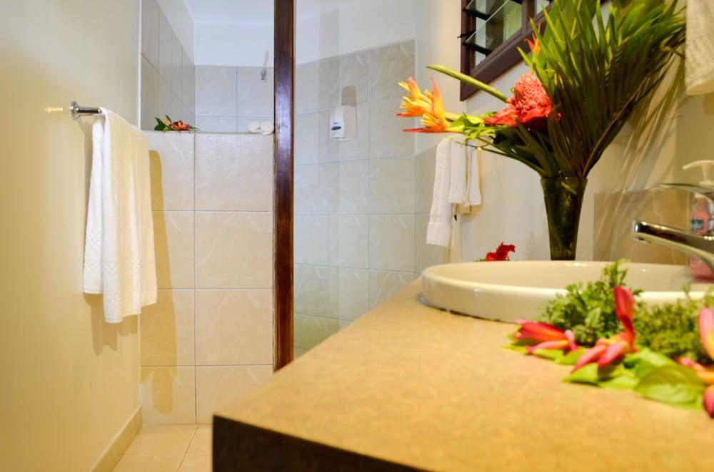 https://i.travelapi.com/hotels/5000000/4870000/4866100/4866070/fb636b0a_z.jpg