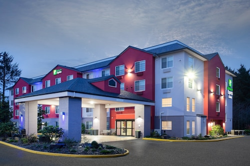 . Holiday Inn Express & Suites Lincoln City