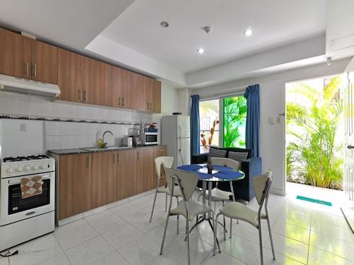 Roxon Apartments, Malay