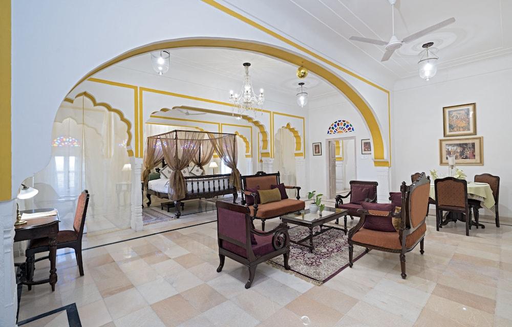 https://i.travelapi.com/hotels/5000000/4900000/4895800/4895725/d36ba912_z.jpg