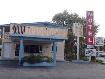 Hotel - Three Oaks Motel