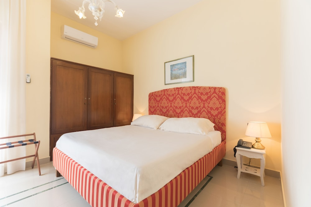 Hotel Palumbo, Featured Image