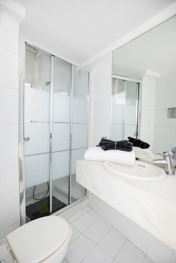 https://i.travelapi.com/hotels/50000000/49090000/49082700/49082606/eef3a109_z.jpg