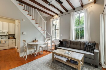 Beautiful Renovated Apt One Block from King