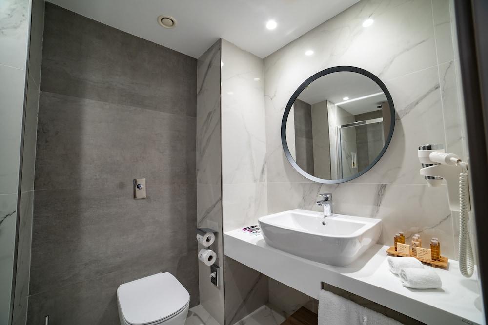 https://i.travelapi.com/hotels/52000000/51290000/51282600/51282559/0d9365d4_z.jpg