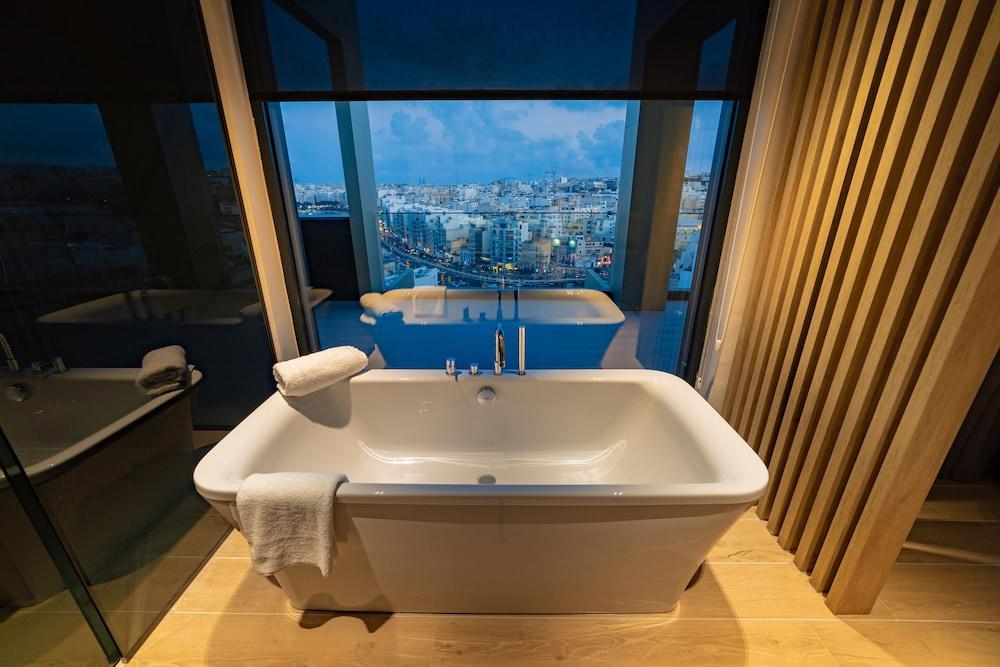 https://i.travelapi.com/hotels/52000000/51290000/51282600/51282559/2163b76c_z.jpg