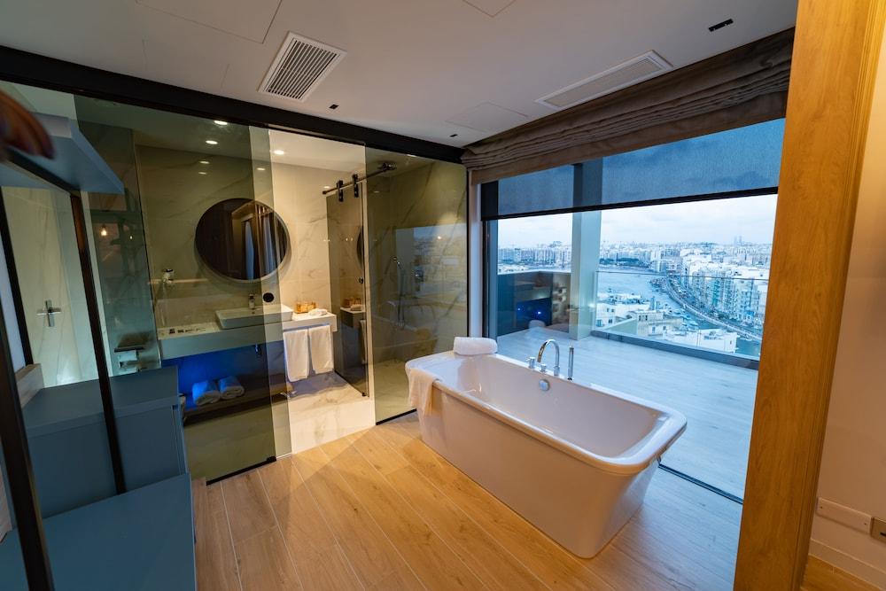 https://i.travelapi.com/hotels/52000000/51290000/51282600/51282559/50d7ac85_z.jpg