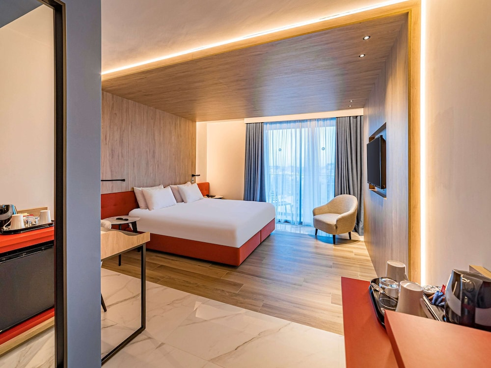 https://i.travelapi.com/hotels/52000000/51290000/51282600/51282559/b50e2dc7_z.jpg