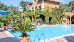 Characteristic Country House With Private Pool and Beautiful Garden 3