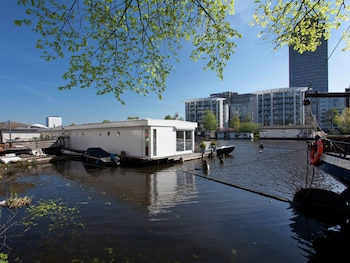 A BED AND BREAKFAST ON A SPLENDID HOUSEBOAT