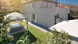 Modern Villa Roko for 6 Persons With Whirpool in Trogir Near the Beach