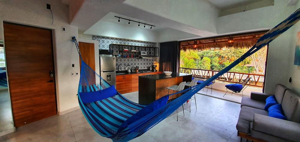 https://i.travelapi.com/hotels/55000000/54030000/54024600/54024573/0e84005f_z.jpg