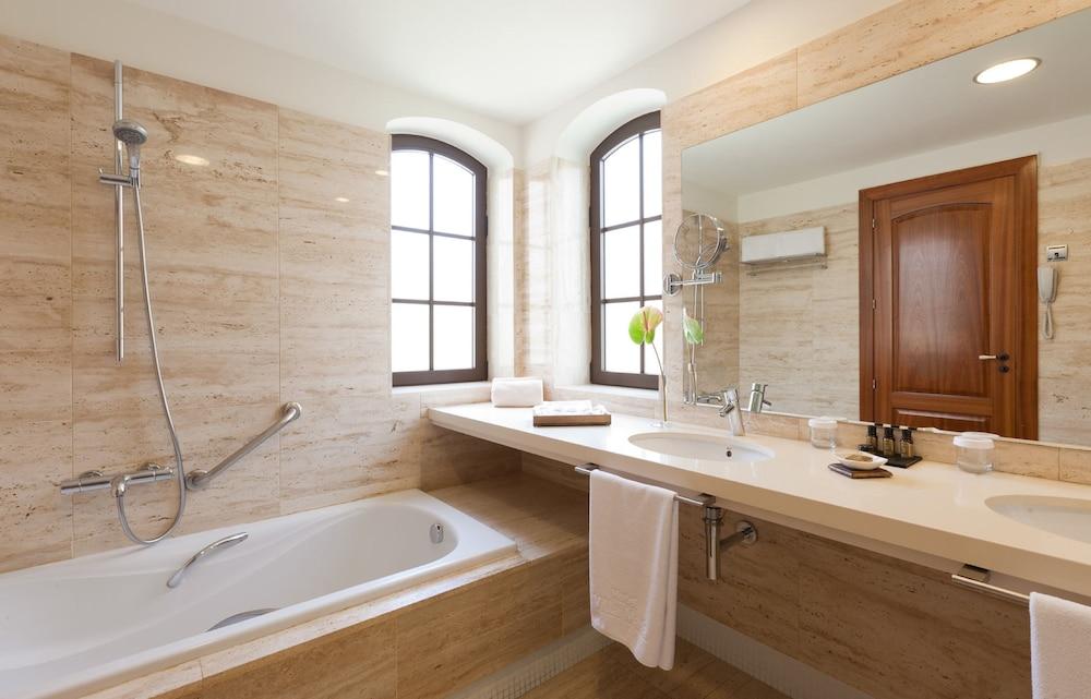 Hotel Suite Villa María, Bathroom