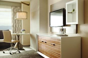 Guestroom at Kimpton Hotel Palomar Phoenix Cityscape in Phoenix