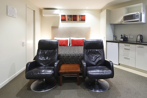 DeLorenzo's Studio Apartments, Nelson