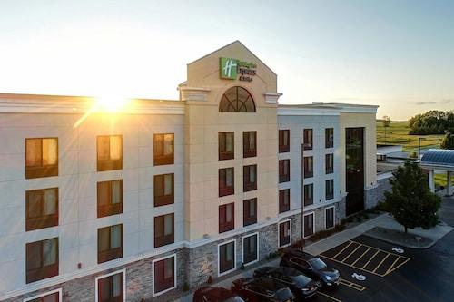 . Holiday Inn Express Hotel & Suites Batavia - Darien Lake