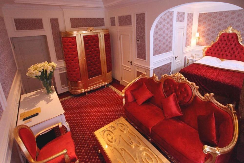 Royal Grand Hotel, Imagen destacada