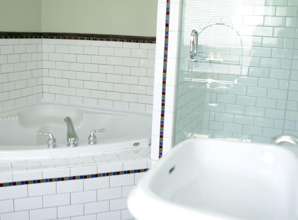 오베르즈 드 라 플라세 로얄(Auberge de la Place Royale) Hotel Image 33 - Deep Soaking Bathtub