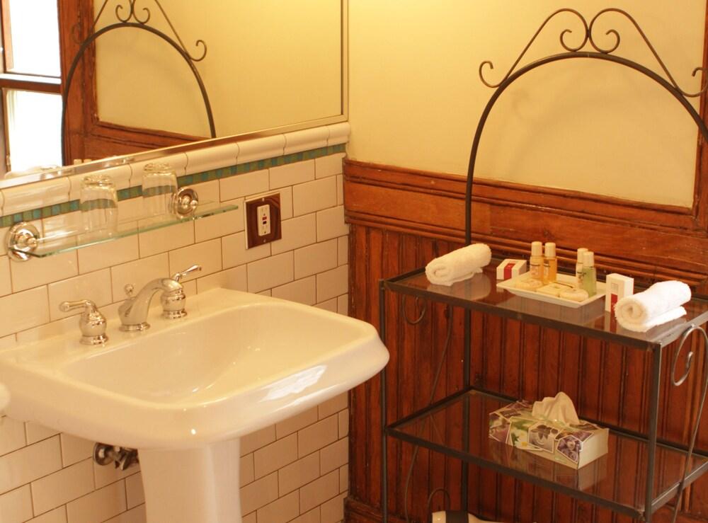 오베르즈 드 라 플라세 로얄(Auberge de la Place Royale) Hotel Image 36 - Bathroom Sink