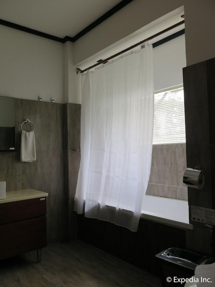 https://i.travelapi.com/hotels/6000000/5290000/5282800/5282734/fa64d33b_z.jpg