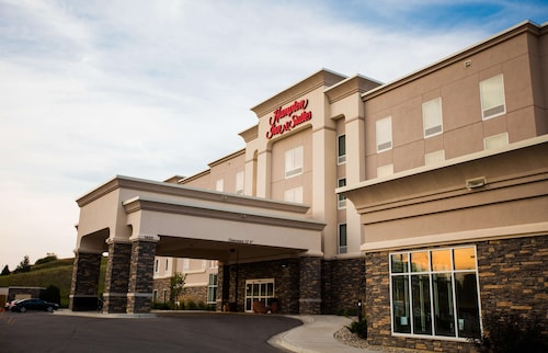 . Hampton Inn & Suites Minot Airport, ND
