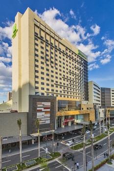 Holiday Inn Makati Exterior