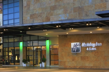 Holiday Inn Makati Exterior