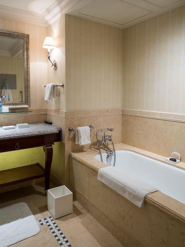https://i.travelapi.com/hotels/6000000/5320000/5315900/5315823/f64586ca_z.jpg