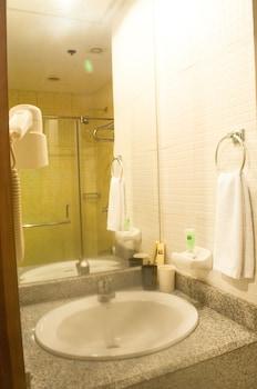 Pearl Lane Hotel Manila Bathroom