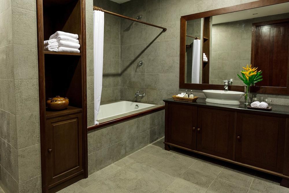 https://i.travelapi.com/hotels/6000000/5450000/5449500/5449469/df859d0d_z.jpg