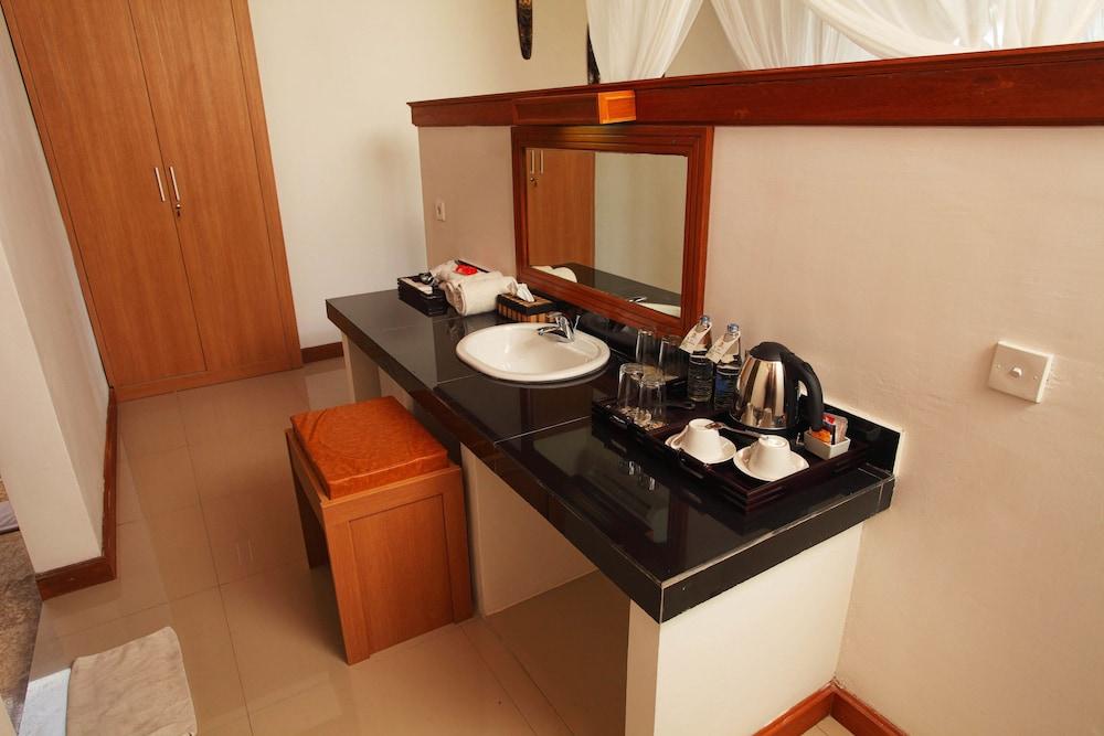 https://i.travelapi.com/hotels/6000000/5480000/5477400/5477331/71b583e4_z.jpg