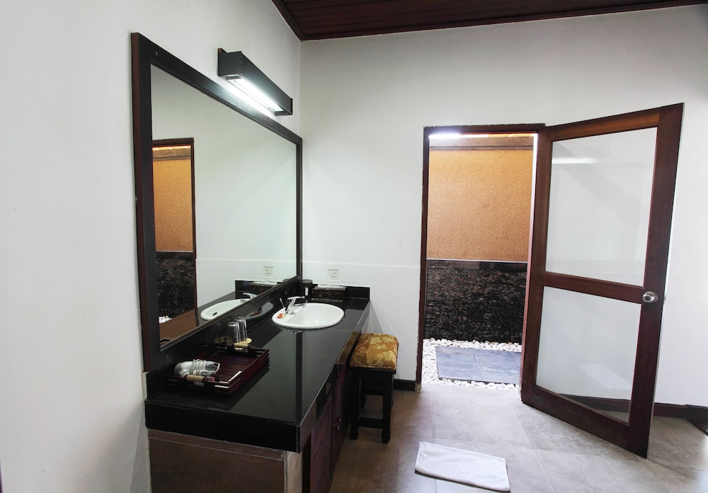 https://i.travelapi.com/hotels/6000000/5480000/5477400/5477331/d4527c80_z.jpg