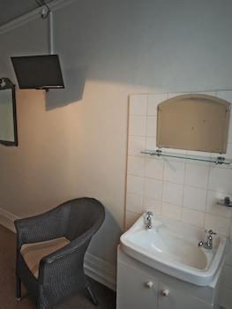 Grand Twin Room Shared Bathroom