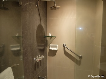 Fields Walking Street Hotel Pampanga Bathroom Shower