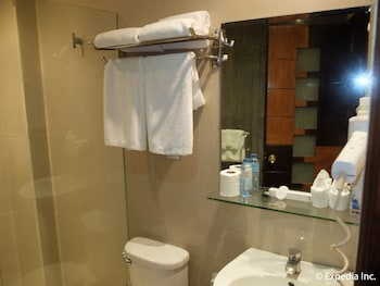 Fields Walking Street Hotel Pampanga Bathroom