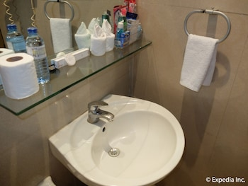 Fields Walking Street Hotel Pampanga Bathroom Sink